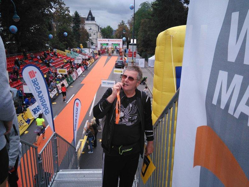 Mann mit seiner Medaille nach einem Laufwettkampf.