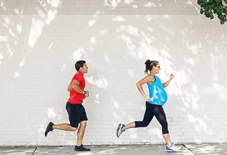 Schwangere Frau beim Workout.
