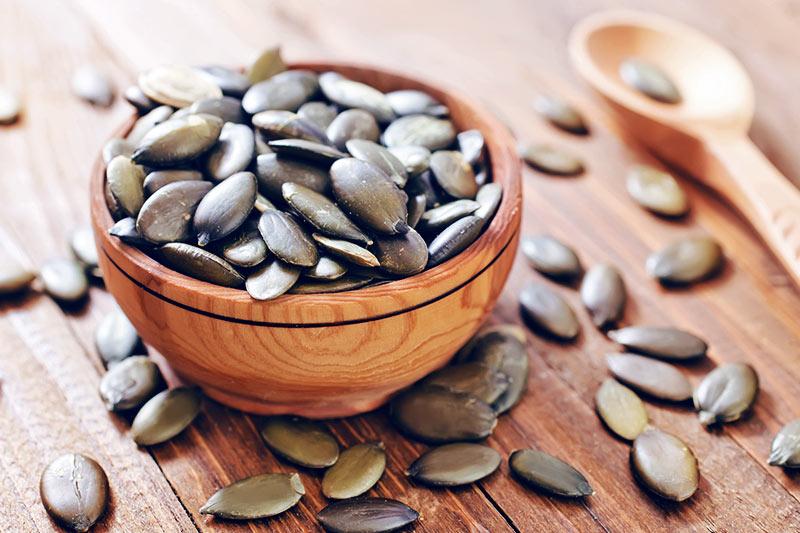 Photo d'un bol contenant des graines de citrouille