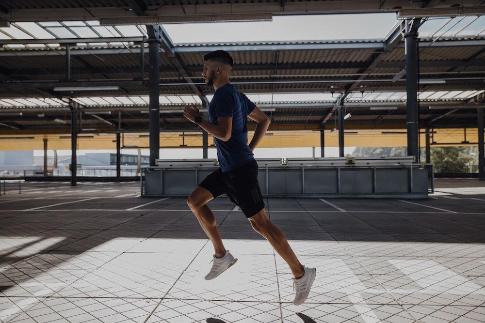 un hombre corriendo al aire libre