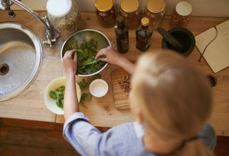 une femme fait la cuisine et planifie ses menus de la semaine