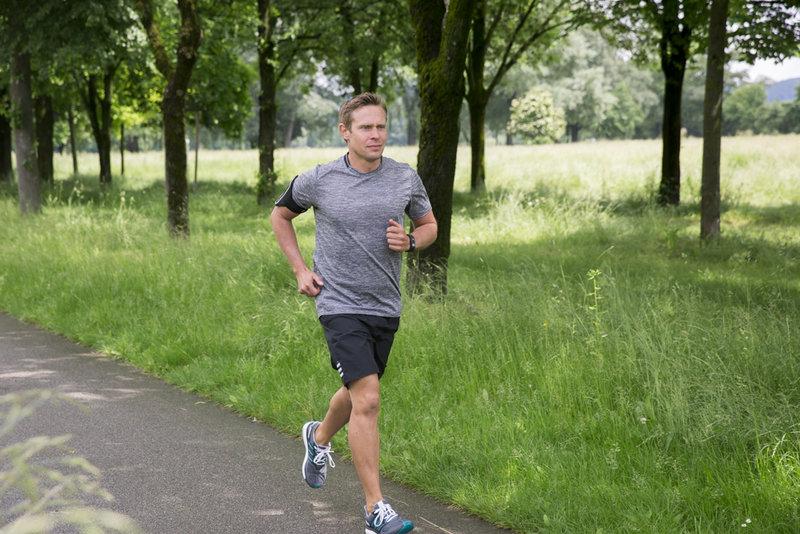Un homme qui court dans le parc.