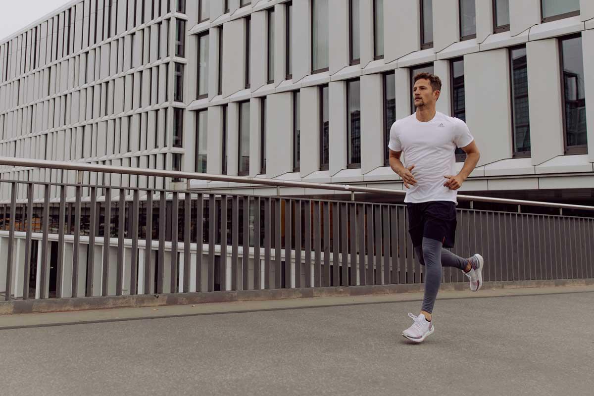Uomo che corre per dimagrire
