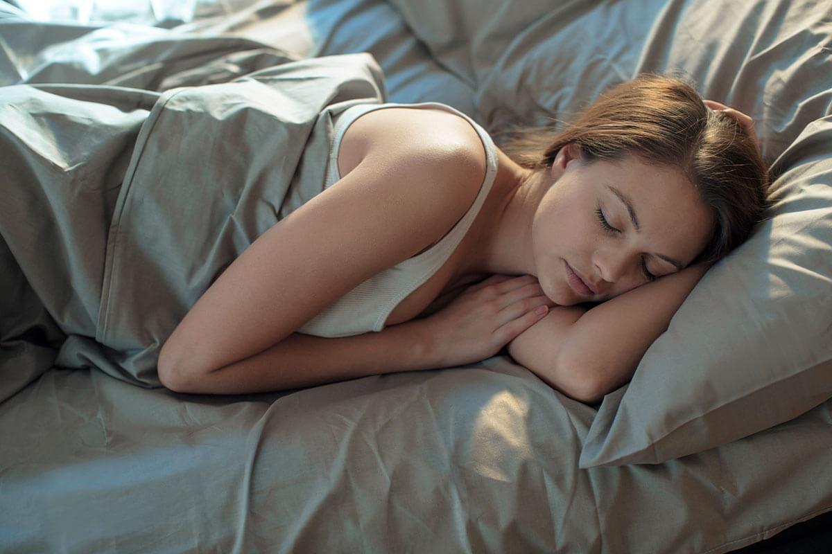 donna che dorme dopo un allenamento per recuperare al meglio