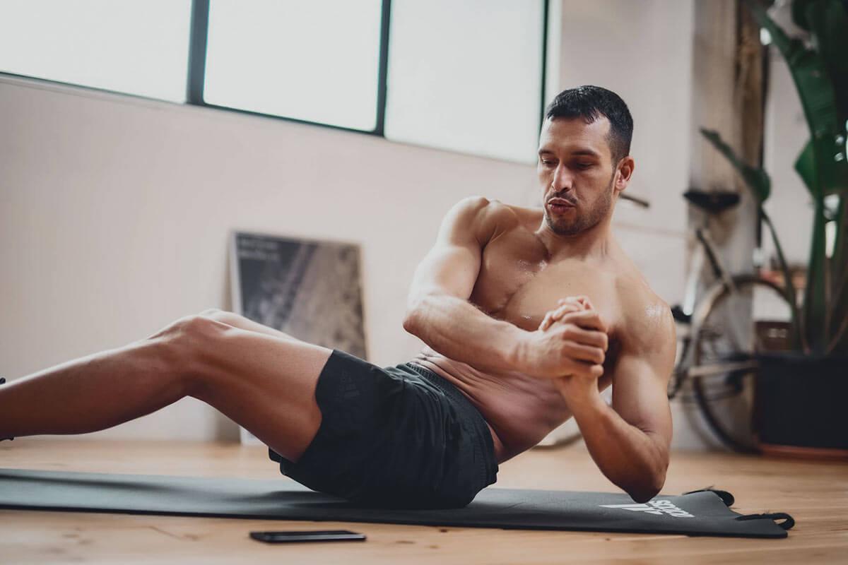 Uomo si allena a corpo libero per dimagrire