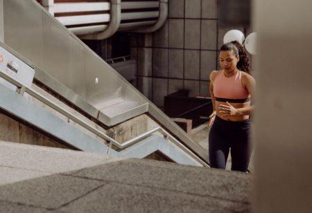 Mujer corriendo para bajar de peso y adelgazar