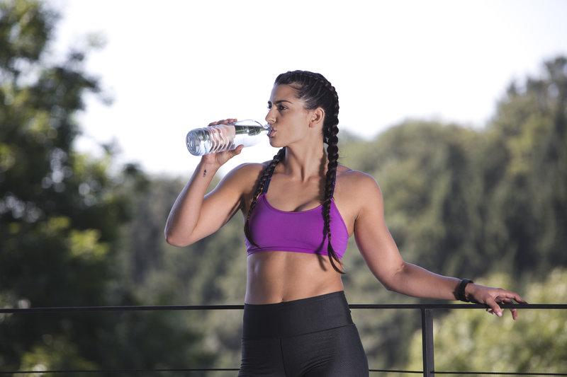 Bere acqua durante un'attività fisica