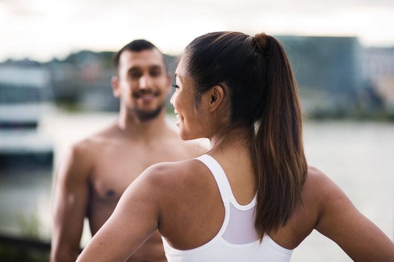 Ein Paar macht gemeinsam ein Workout