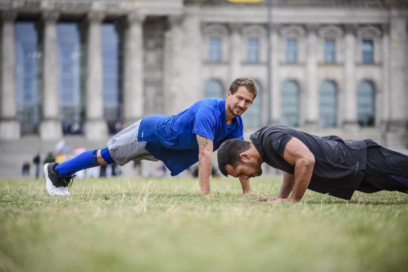 Zwei Männer trainieren im Park