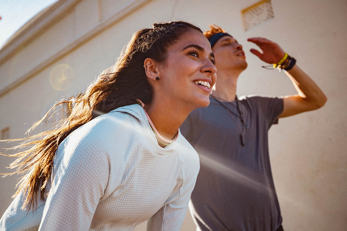Mujer y hombre en una pausa de la sesión de entrenamiento