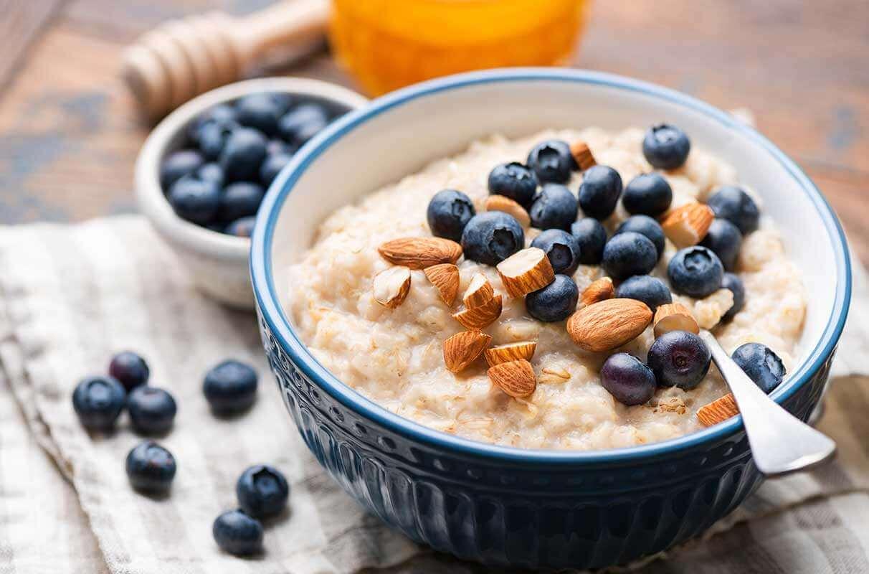 Tigela com mingau de aveia, amêndoas e blueberries: refeição rica em nutrientes e minerais