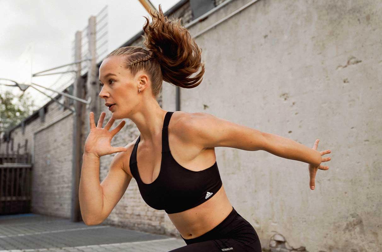 Mulher praticando atividade física intensa e precisará consumir mais magnésio