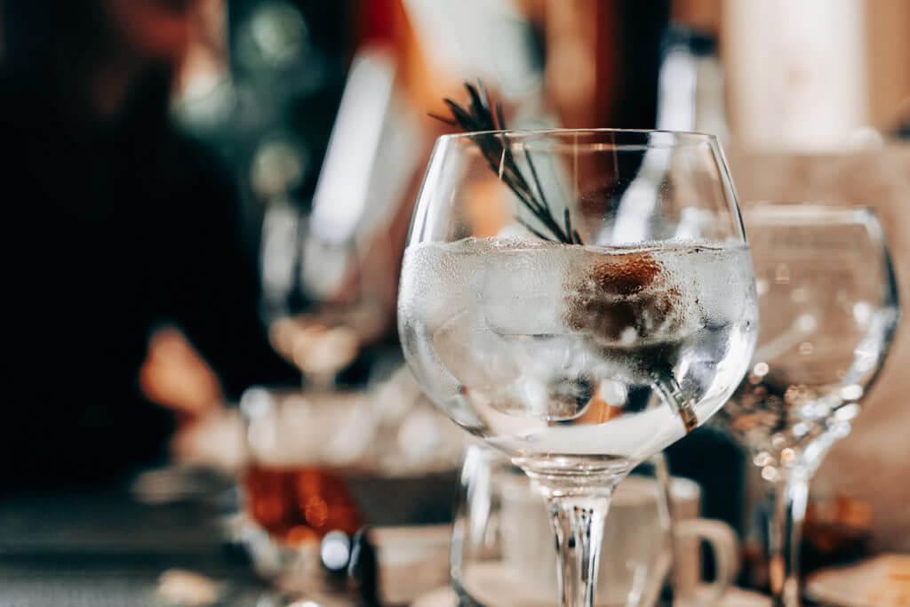 Ein alkoholisches Getränk auf einem Tisch