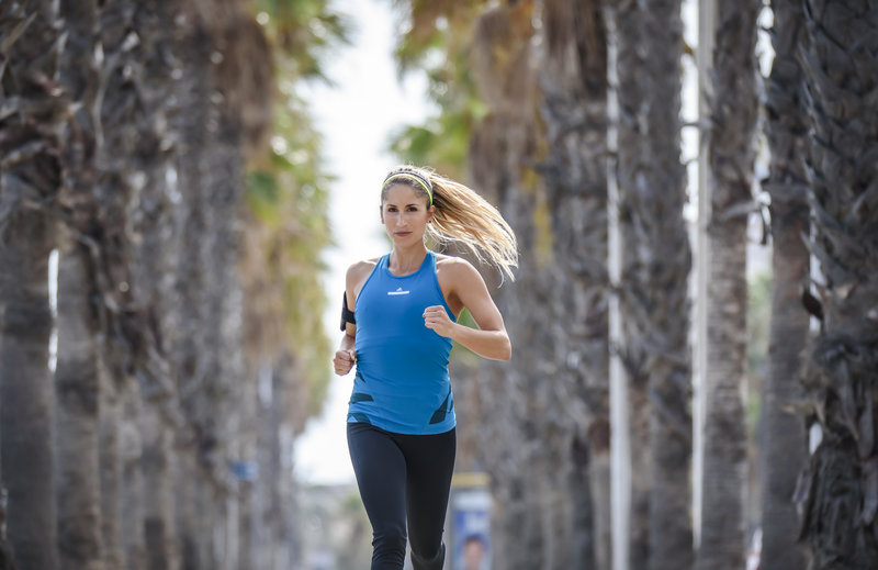 Junge Frau beim Laufen im Park.