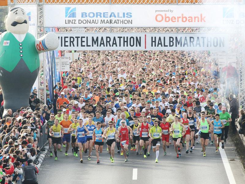 Foto von oben vom Starterfeld beim Linz Marathon