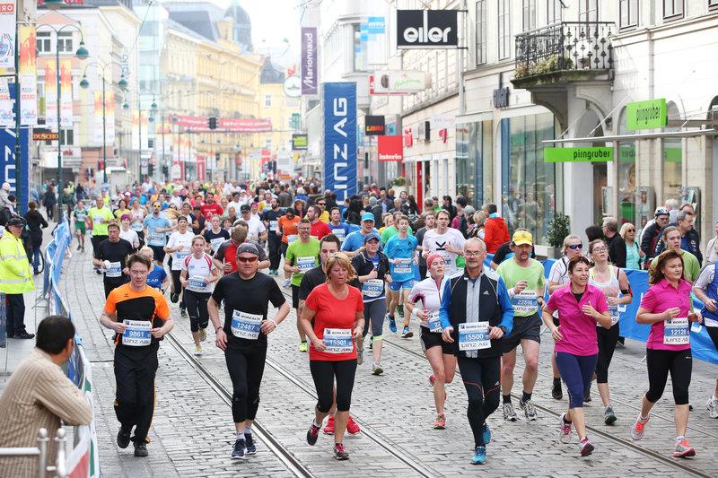 Aufnahme vom Starterfeld beim Linz Marathon.