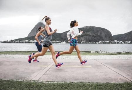 Drei Freundinnen beim gemeinsamen Laufen.