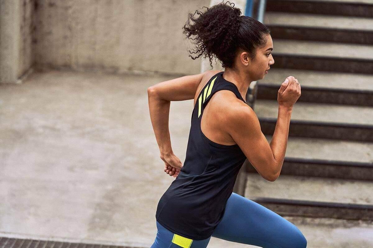 Mujer entrenando para una media maratón
