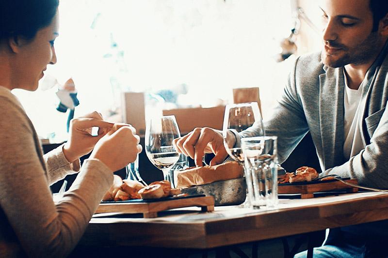 Junges Paar beim Abendessen im Restaurant.