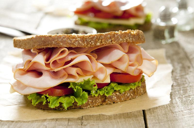 Sandwich de pain complet avec jambon