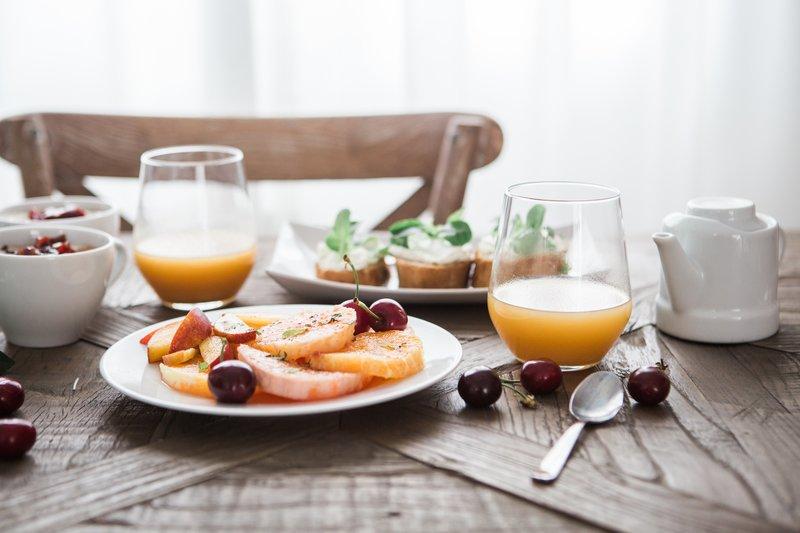 Ein großes gesundes Frühstück auf einem Holztisch