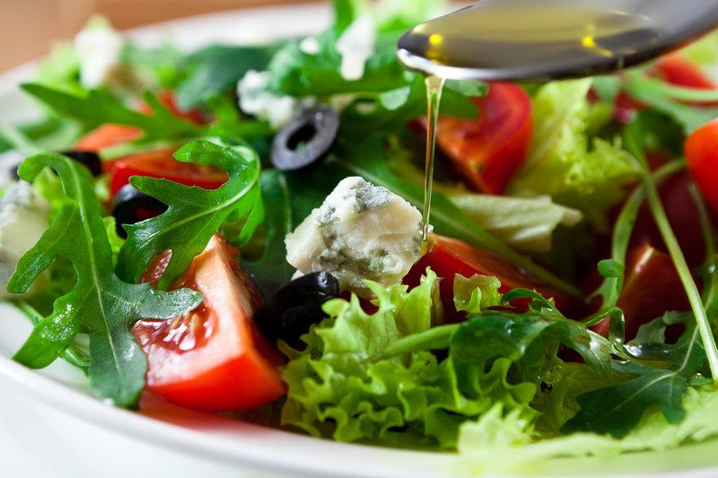 Ein Teller grüner Salat mit Tomaten