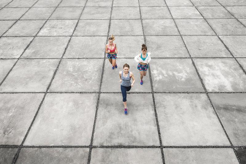 Groupes de femmes qui courent.