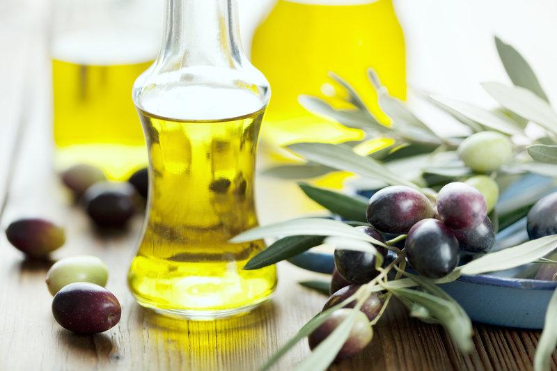 Flaschen voll mit Olivenöl
