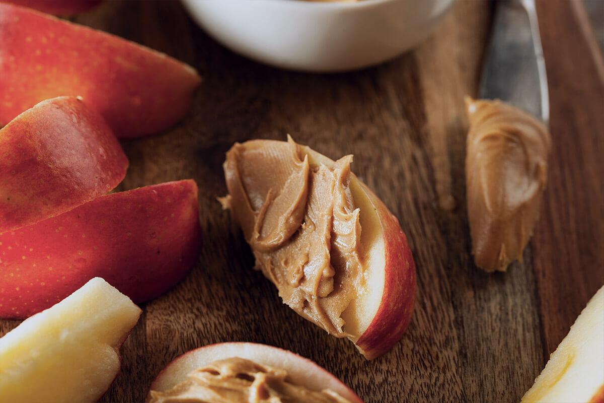 Manzana con mantequilla de cacahuete