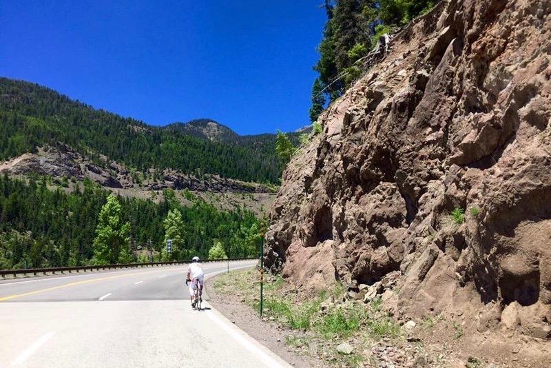 Mann fährt mit dem Rad durch die Berge