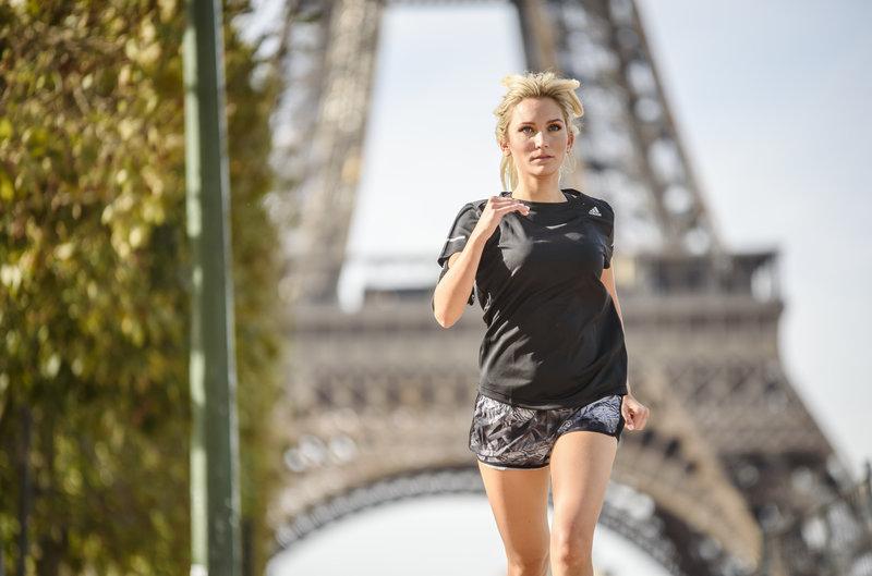 Mujer corriendo en París