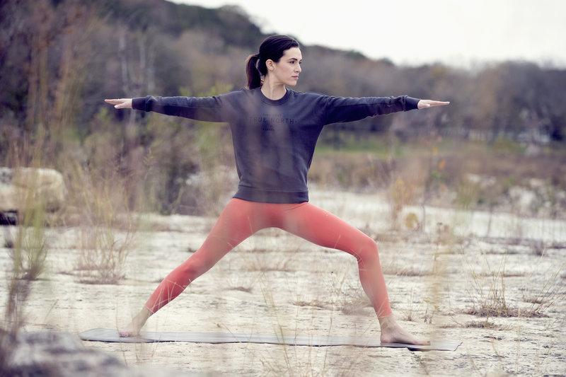 Adriene Mishler qui fait du yoga