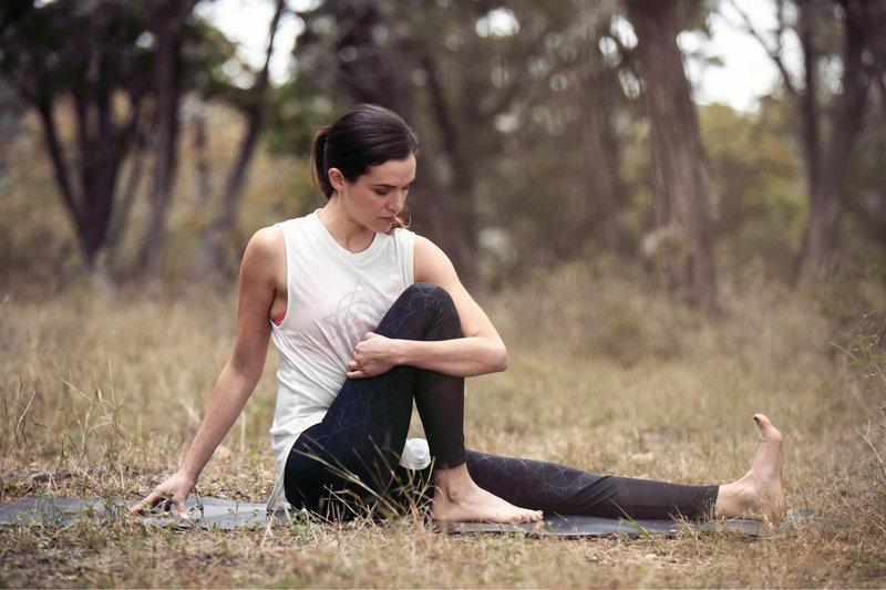 Jeune femme qui fait du yoga