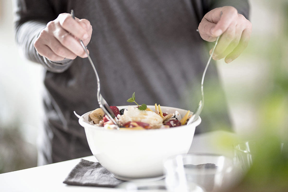 Pessoa mexendo uma salada