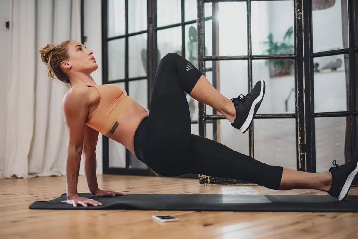 Mulher treinando em casa