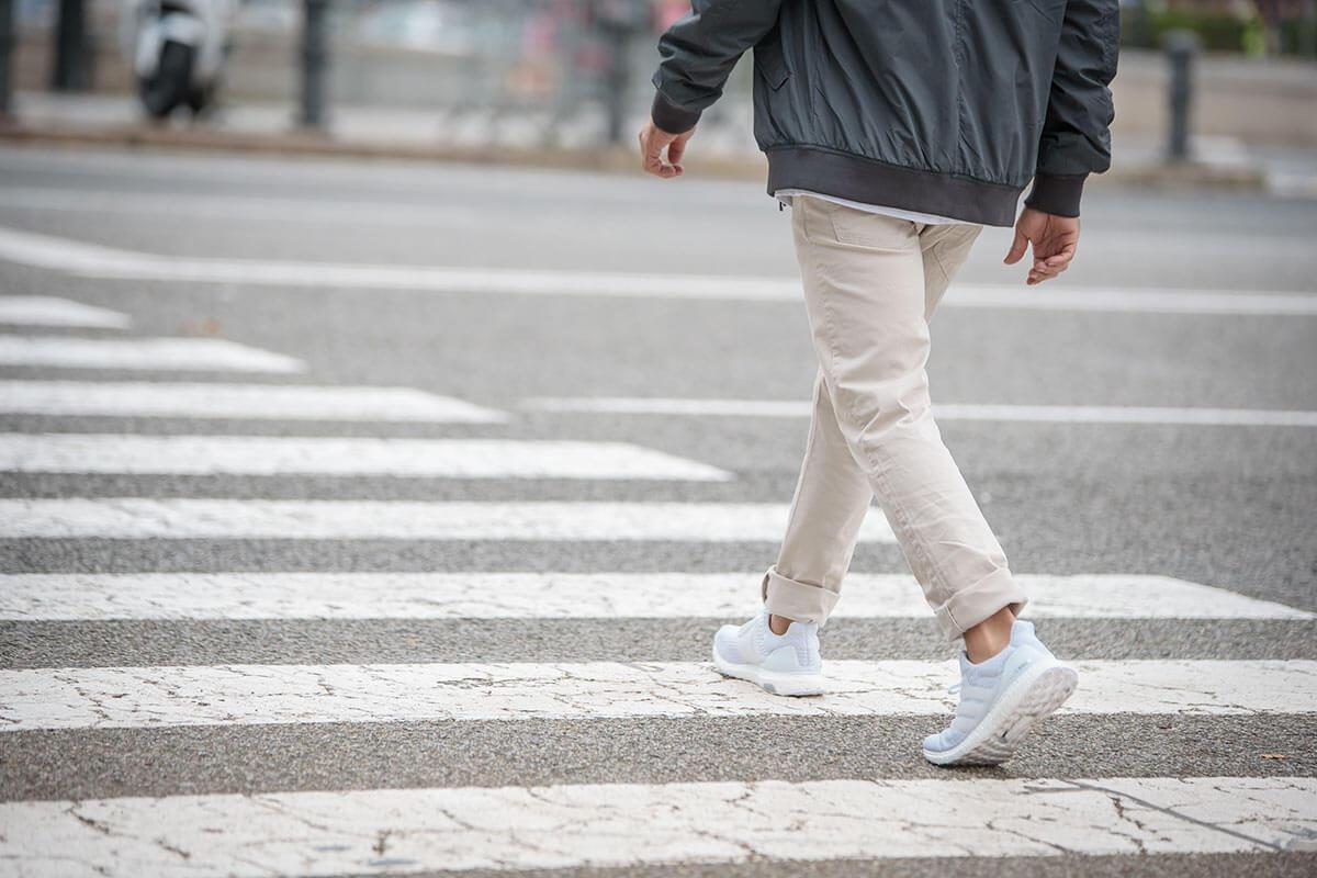 Pessoa atravessando a rua