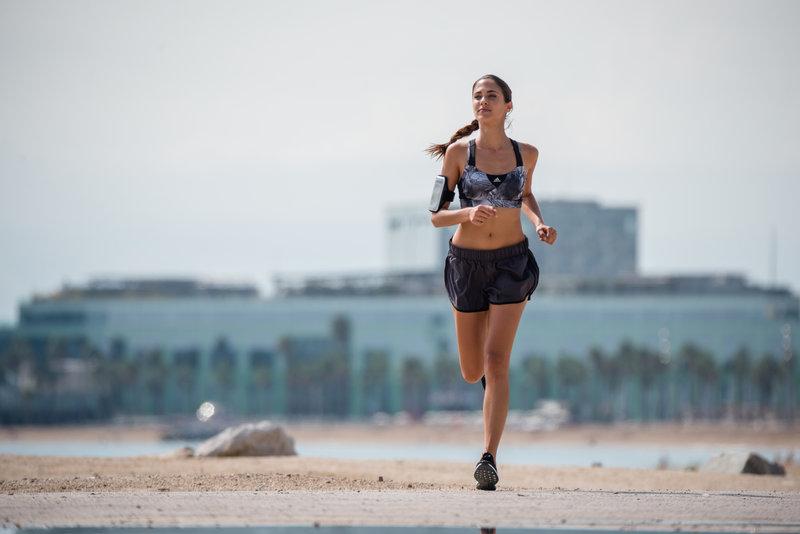 Eine Frau läuft am Strand