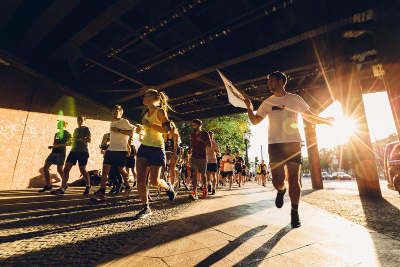 Eine Gruppe junger Leute läuft einen Marathon
