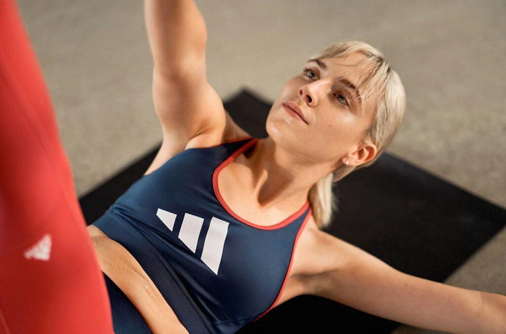 una donna fa allenamento a corpo libero eseguendo degli star crunches