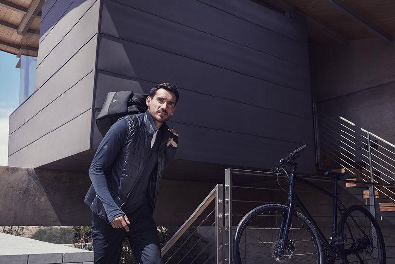 Homem se preparando para ir trabalhar de bicicleta