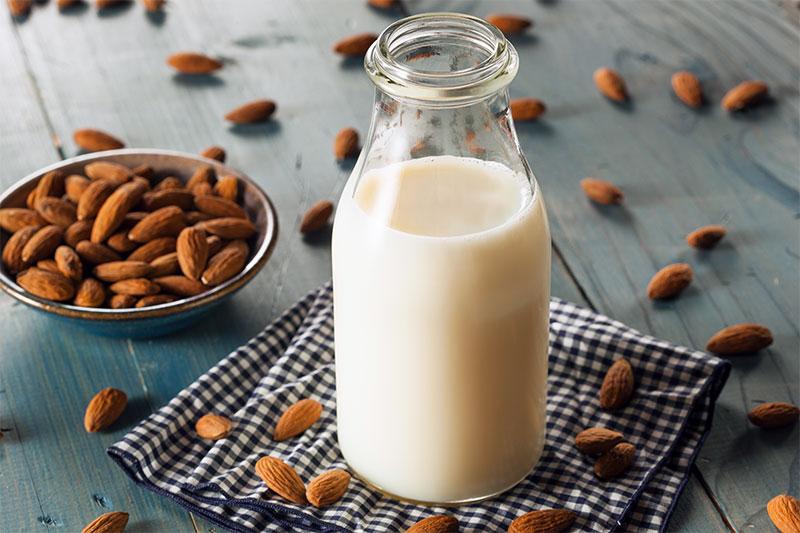 Une bouteille de lait d'amande posé sur une table