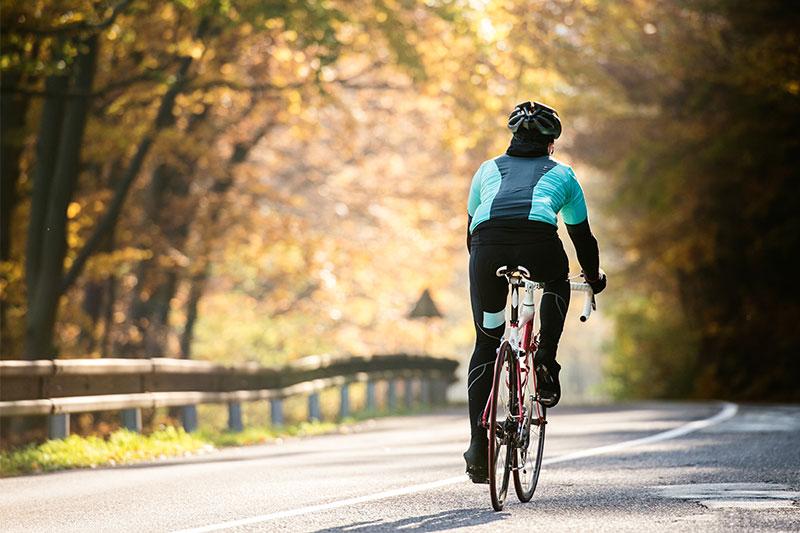 Ein Mann fährt Rad