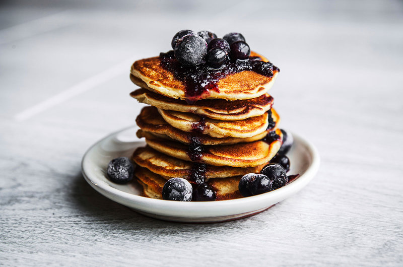 Pancakes mit Heidelbeeren auf einem Teller
