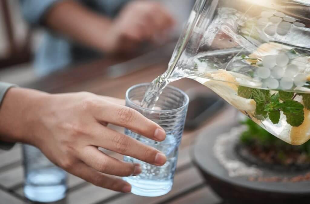 Ein Glas Wasser hilft dem Winter Blues den Kampf anzusagen