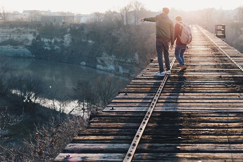 Zwei Männer gehen im Herbst spazieren