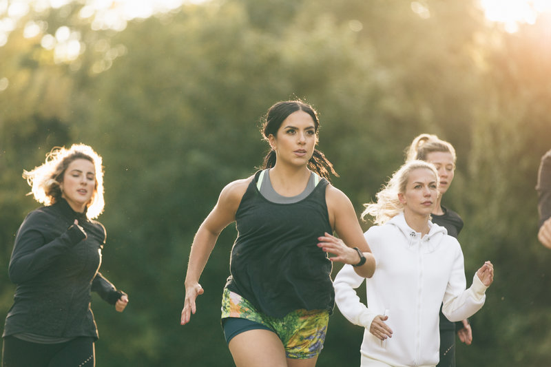 Eine Gruppe junger Frauen läuft ihren ersten Marathon