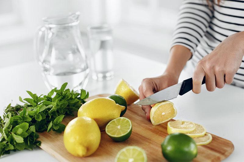 Agua con limones y hierbas