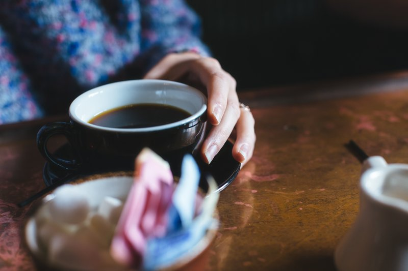 Donna che beve caffè