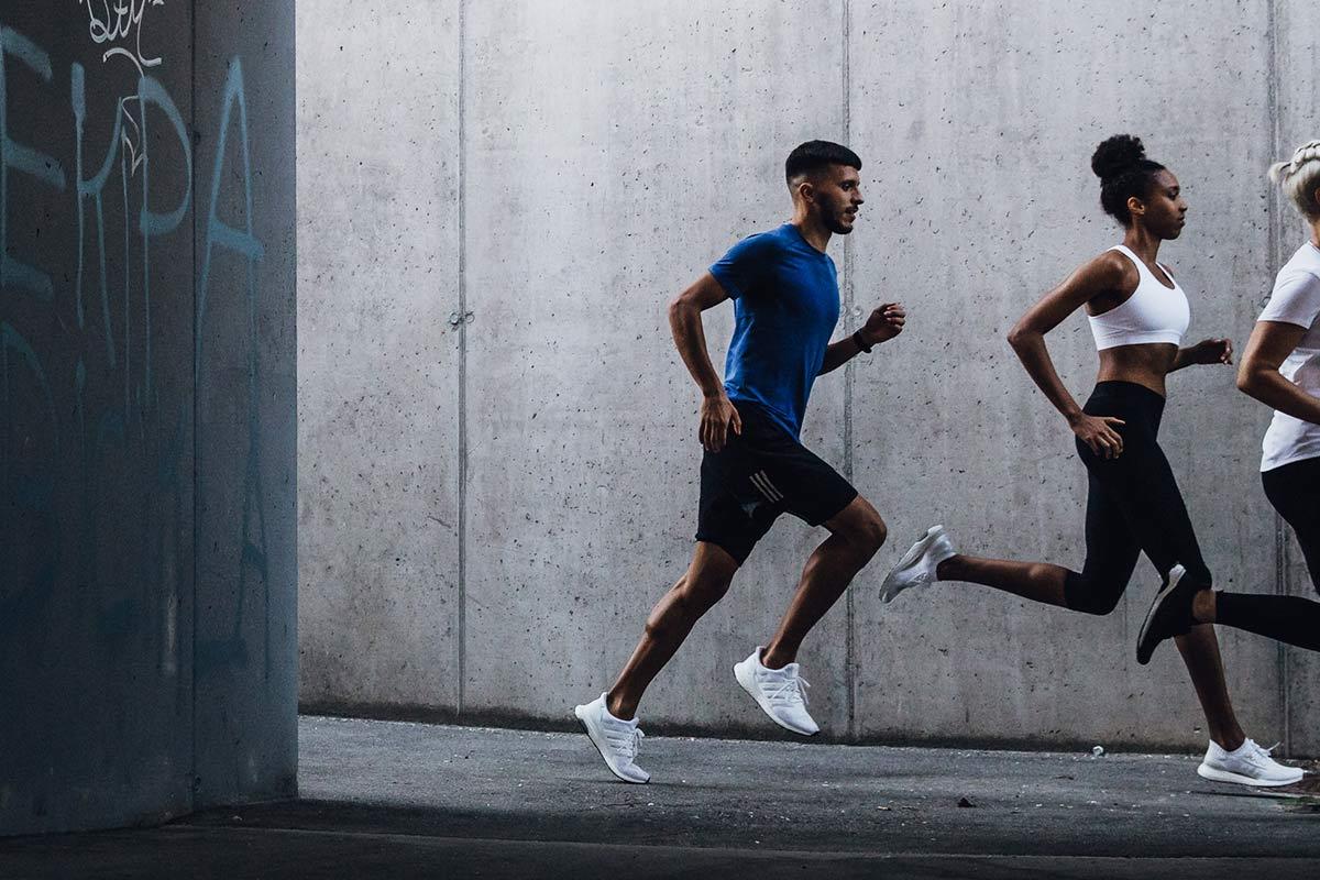 Grupo de jovens correndo na rua