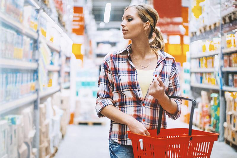 Une femme qui fait les courses
